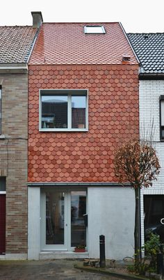 a pattern, consisting of clay pan cladding weaves the elevation and the roof to one whole (mvc-architecten.be)