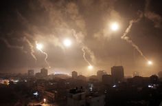 Bombardeio ilumina o céu sobre a faixa de Gaza durante ataque israelense na cidade. Khalil Foto: Hamra/Associated Press