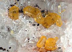 Mimeteite. Grube Clara, Wolfach, Schwarzwald, Deutschland Taille=9.5 mm Copyright loparit