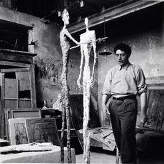 Alberto Giacometti - Artist c. - Sculpture - In his Paris studio, Photo by Ernst Scheidegger. Alberto Giacometti, Giovanni Giacometti, Famous Artists, Great Artists, Artist Art, Artist At Work, Photographic Studio, Art Studios, Art World