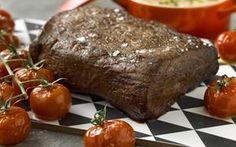 Helstekt oxfilé med bakade kvisttomater Banana Bread, Steak, Food And Drink, Beef, Desserts, Meat, Postres, Deserts, Steaks