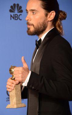 Pin for Later: Retour Sur L'évolution de la Crinière de Jared Leto 2014 Pour les Golden Globes de 2014, Jared est apparu sur le tapis rouge avec un hybride chignon-queue-de-cheval, et on l'a toutes envié.