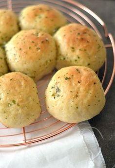 Breekbrood met knoflook en peterselie: boterzachte broodjes bomvol smaak. Dit breekbrood is waanzinnig lekker. Serveer het eens tijdens het diner of bij de borrel als je visite hebt. Succes gegarandeerd! In dit stap-voor-stap recept leg ik je uit hoe je zelf breekbrood met knoflook en peterselie kunt maken. Bread Recipes, Baking Recipes, Alice Delice, Brunch, Bread Cake, Lunch Snacks, Tapas, Other Recipes, Bread Baking