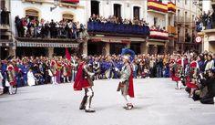 """Procesión del """"Santo Entierro"""" en Calanda a las 9:00 horas del Sábado Santo se escenifica """"La lucha"""" que enfrenta al soldado Longinos con el capitán de la guardia romana"""