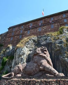 A giant lion craved in the rock, to remind us how heroically the people of this city resisted the Prussian invasion of 1870. It was sculpted by Bartholdi, the same man that made the Statue of Liberty... . . . . #france #france🇫🇷 #法國 #フランス #francia #프랑스 #prancis #فرانسه #frança #франция #ฝรั่งเศส #fransa #pháp #visitfrance #travel #photo #photography #picoftheday #photooftheday #行きたい #beautyoffrance #francecommunity #belfort #giant #lion #bartholdi #fortification #お城 #history
