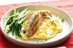 Ένα πεντανόστιμο πιάτο με ένα αγαπημένο πουλερικό. Το κοτόπουλο. Στήθος κοτόπουλου γεμιστό με τυρί φέτα. Μια εύκολη και γρήγορη συνταγή (από εδώ) για ένα