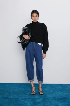 ZARA - Female - Slouchy jeans with darts - Indigo - 25 (us High-waisted wide leg pants with front darts. front zip and metal button closure. this item runs larger than normal. Pantalon Slouchy, Slouchy Pants, Slouchy Outfit, All Jeans, Jeans Denim, Outfit Jeans, Zara Outfit, Outfits Mujer, Jean Outfits