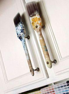 Старые малярные кисти - превосходная идея для оформления шкафчика творческого человека.
