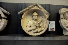 """Archäologiemuseum Schloss Eggenberg (Joanneum) -- Museumsbesuch 2014: Grabmedaillon eines römischen Centurio mit """"vitis"""" (Stock aus Rebenholz). Flavia Solva / Noricum, spätantoninisch"""