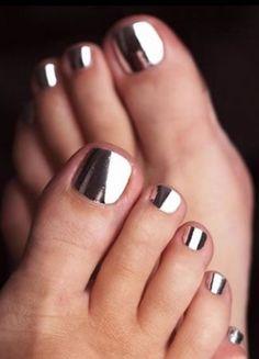 Mirror effect nail polish