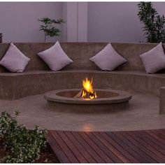 19 Impressive Outdoor Fire Pit Design Ideas For More Attractive Backyard Diy Fire Pit, Fire Pit Backyard, Firepit Deck, Backyard Retreat, Backyard Bbq, Outdoor Kitchen Design, Patio Design, Kid Friendly Backyard, Rustic Fire Pits