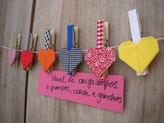 6 grampos com cobertura de tecido e aplicação de origami em tecido engomado, diversas estampas alegres e coloridas. Acompanha fio encerado de 100 cm e dois mini-ganchos da 3m (não é preciso furar a parede, é só colar). Nesse lindo varal você pode pendurar suas fotos favoritas, receitas, recadinhos, etc... Obs: as fotos e o cartão de receitas não fazem parte do produto. A escolha das estampas variam de acordo com a disponibilidade. R$ 42,35