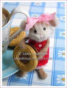 She loves her cookies Felt Mouse, Mini Mouse, Cute Mouse, Felt Animals, Baby Animals, Cute Animals, Pet Rats, Felt Art, Handmade Toys