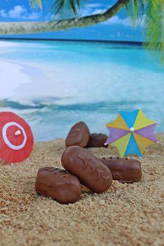 Kokos, cukr a crème fraîche dobře smícháme. Z kokosové hmoty odebíráme 25 gramové kousky a v dlaních tvoříme podlouhé oválky, které klademe jeden... Sweet, Outdoor Decor, Food, Anna, Tumblr, Image, Instagram, Homemade, Candy