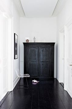 Black floorboards and white walls Black And White Interior, White Interior, Home, Black Floor, House Styles, House Design, Interior Inspiration, Flooring, House Interior