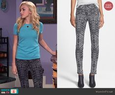 Emma's blue tee and black and white printed jeans on Jessie. Outfit Details: http://wornontv.net/45967/ #Jessie