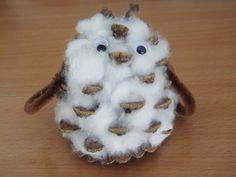 Voici un bébé chouette fait avec une pomme de pin et rempli de cotton les yeux sont des yeux mobiles les ailes des cures pipes. vu de face: Vu de dos: