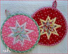 Patchwork Christmas Ornaments Pot Holders New Ideas Potholder Patterns, Quilt Patterns Free, Amish, Fabric Crafts, Sewing Crafts, Christmas Quilt Patterns, Christmas Quilting, Fabric Balls, Fat Quarter Quilt