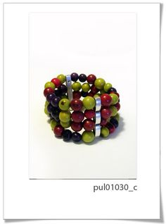 Pulsera de Colección 030c  Divertida colección realizada a mano con textil de primera calidad, y perlas de semillas brasileñas en colores vivos e intensos.