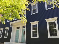 Navy house with turquoise door Light Blue Houses, Dark Grey Houses, Navy Houses, Dark House, Navy House Exterior, Grey Exterior, Cottage Exterior, Modern Farmhouse Exterior, Exterior Paint