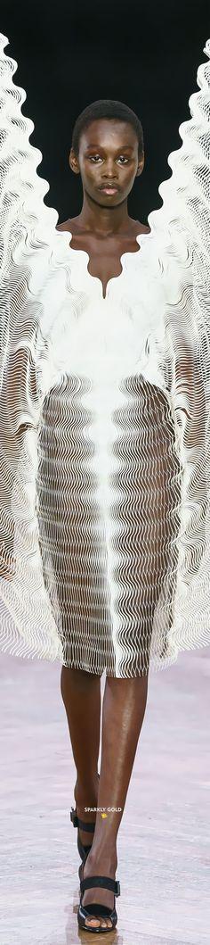 Iris van Herpen Fall 2019 Couture #SparklyGold #IrisvanHerpen All Fashion, Fashion Show, Autumn Fashion, Fashion Design, Iris Van Herpen, Couture Collection, Designer Collection, Sculptural Fashion, Haute Couture Fashion