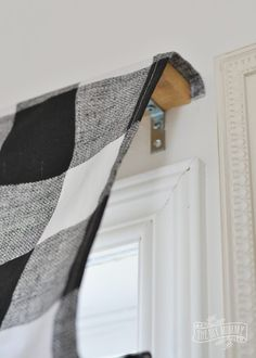 diy curtains Learn how to make a stylish and tailored looking DIY roman shade with this simple sewing tutorial - including step by step instructions. Diy Roman Shades, Diy Window Shades, Roman Shade Ideas, Diy Curtains, Window Curtains, Sewing Curtains, Yellow Curtains, Floral Curtains, Country Curtains