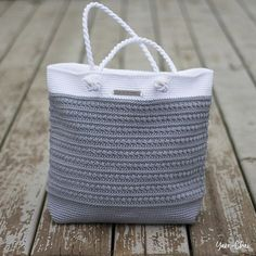Amazing pattern! This crochet shoulder bag has it all - class, color, form and a beautiful design.