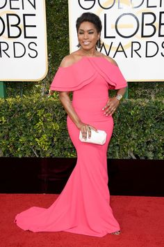 Angela Bassett - The 2017 Golden Globes Red Carpet Was On Fire Velvet Fashion, Red Carpet Fashion, Celebrity Red Carpet, Celebrity Style, Gowns Of Elegance, Elegant Gowns, Red Carpet Dresses, Golden Globes, Red Carpet Looks