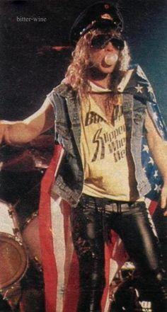 Bon Jovi Just casually blowing bubbles while performing. Jon Bon Jovi, Bon Jovi 80s, Hair Metal Bands, 80s Hair Bands, The Doors, Ac Dc, Rock N Roll, Bon Jovi Pictures, Bon Jovi Always