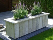 Nicely built pallet double planter. Very symmetrical and appealing to the eye.