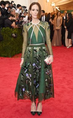 WORST DRESSED AT THE 2014 MET GALA SARAH PAULSON Between the forest green colour and all the dangling trinkets, Sarah's dress is giving us some major Christmas tree vibes. Larry Busacca/Getty Images.