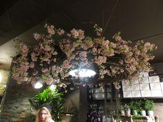 Stor blomsterkranse rundt lampe