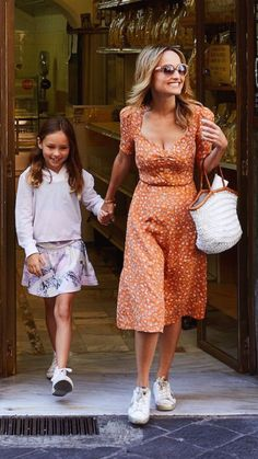 Mom and daughter Giada At Home, Giada De Laurentiis, Cool Style, My Style, Italy Fashion, Celebs, Celebrities, Fashion Lookbook, Spring Summer Fashion