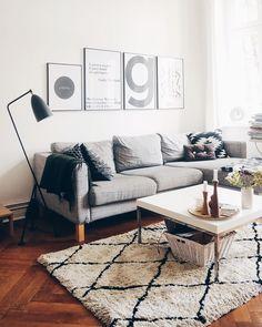 ◊We love Beni Ourain◊ Der Teppich-Trend mit marokkanischen Wurzeln darf momentan in keinem Wohnzimmer fehlen. Mit seinen unregelmäßigen Rauten-Mustern wirkt er so kunstvoll und clean zugleich. Außerdem ist er zu jedem Einrichtungsstil kombinierbar und ein wahrer Klassiker! // Teppich Couchtisch Wohnzimmer BeniOurain Trend Herbst Sofa#BeniOurain#Teppich#Trend#Herbsttrend#Sofa#Altbau@kateshyggehome