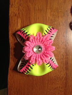 Softball Bow :) for all you girly girls out there Softball Crafts, Softball Bows, Football Cheer, Softball Shirts, Softball Players, Girls Softball, Fastpitch Softball, Sports Baseball, Cheer Bows