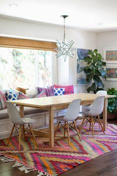 Großer heller #Essbereich mit Fensterbank & weißen Schalenstühlen #Wohnidee