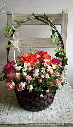 Canasta de rosas y mini rosas estilo vintage. Flower basket, vintage design.