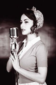 Retro chanteuse.
