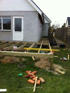 Efter at vores nye tilbygning er næsten færdig, var tiden kommet til at få bygget den nye terrasse....