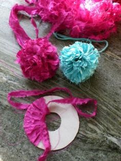 Tutorial on fabric pom poms