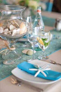 Un bocal avec des objets décors et coraux