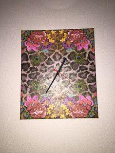 DIY Uhr, Leo Selfmade Uhr aus einer Leinwand, mit Serviettentechnik bearbeitet. Normaler Serviettenleim und für den Glanz Glimmerleim. Uhrwerk wurde durch eine alte CD und kleinen Holzplättchen stabilisiert.