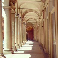 The impressive arcades of Bologna. There is always a place to stay in the shade. We will miss it.