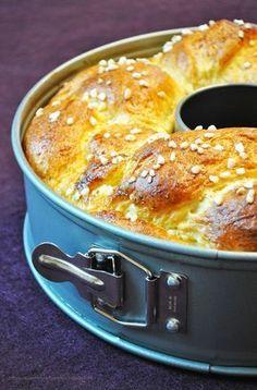 Bei uns gibt es traditionell jedes Jahr an Ostern ein Hefegebäck, ob in Hasen-Form, in Zopf-Form oder eben auch wie heuer mal in der Springform gebacken. Besonders fluffig und leicht schmeckt der Kran