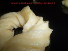 Essalamou alaikoum ;bonjour la compagnie , aujourd'hui je partage avec vous la recette de Halwat lambout حلوة لمبوط ou biscuit à l'entonnoir qui est un délicieux gâteau sec algérien parfumé à la vanille et au zeste de citron..... ce sont des biscuits...