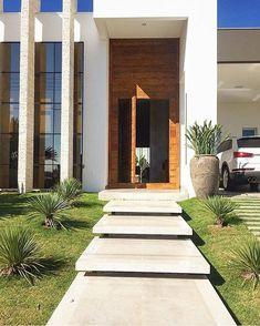 Plantas entre a rampa e o gramado Modern Front Yard, Modern Entrance, House Entrance, Door Gate Design, Entrance Design, House Front Design, Modern House Design, Exterior Stairs, Outdoor Stairs