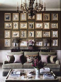 Salotto dal fascino antico - Elegante lampadario a sospensione e divano in tessuto per arredare un salotto accogliente ed elegante.