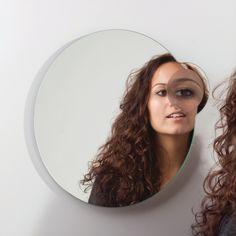 Ideale #spiegel om je make-up bij te werken of contactlenzen in te brengen: iFocus #Gispen   www.wonen.nl/badkamer/spiegel/nieuws/gispen-home-collectie-spiegel-ifocus