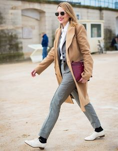 Chic work outfit: camel coat slim suit white oxfords and a daring red lip Fall Winter Outfits, Autumn Winter Fashion, Fashion Week, Fashion Trends, Women's Fashion, Paris Fashion, Fashion Beauty, Slim Suit, Ootd