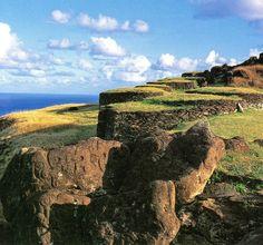 Cultura  Polinesia  Rapa Nui - Conjunto de viviendas en centro ceremonial de Orongo. Isla de Pascua Rapa Nui. 2008. Fotografía de Nicolás Aguayo.